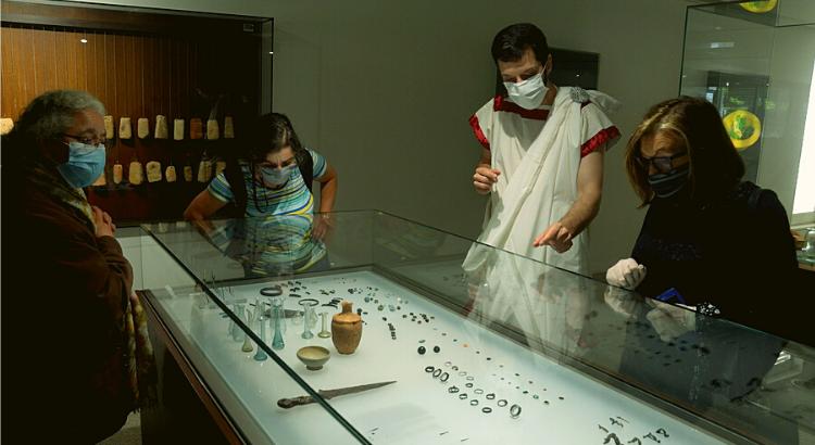 visitantes no museu